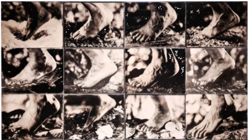 Medžiaga parodai - Fotografo Mindaugo Meškausko** tuzinas moterų bei tiek pat vyrų pėdų fotografijų, Šv. Jokūbo keliu pasiekusių Santjago de Kompostela Ispanijoje.
